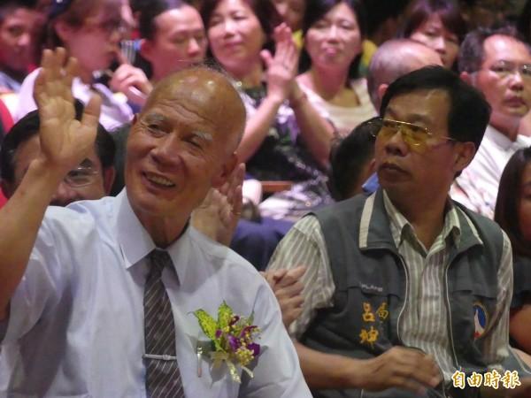 金門旅台鄉親陳連益(左)牽線下,促成慈濟傳播人文志業基金會抵金舉辦 「陪伴小草長大」公益活動。(記者吳正庭攝)