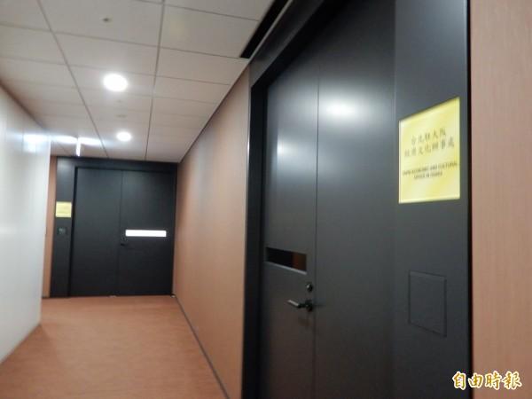 我國駐大阪辦事處氣氛哀傷。(記者林翠儀攝)