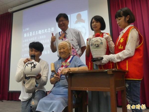 華山基金會舉行慈善音樂拍賣會,95歲李阿嬤(中坐者)扮演「一日拍賣官」,為現場增添不少溫馨氣氛。(記者吳正庭攝)