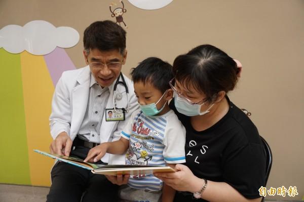 醫師陳敏恭建議孩從小親子共讀,陪養閱讀習,可增加學習力。(記者蔡淑媛攝)