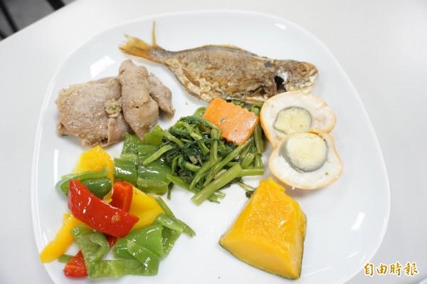 醫師陳敏恭指均衡的飲食可增加孩子的記憶力,像蔬菜、富含脂肪的魚、雞蛋及藍莓。(記者蔡淑媛攝)