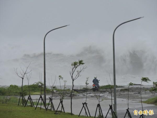 山竹颱風外圍環流帶來大浪,民眾冒險觀浪。(記者張存薇攝)