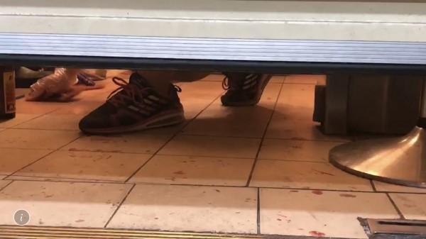 彰化市蛋黃酥名店「不二家」,昨晚突然有1名男子闖入潑漆,店家拉下鐵門清理。(記者湯世名翻攝)