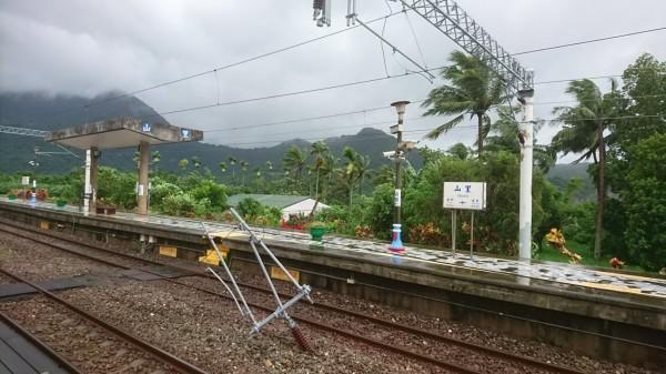 台鐵山里站電車線被倒塌大樹壓斷。(台鐵提供)