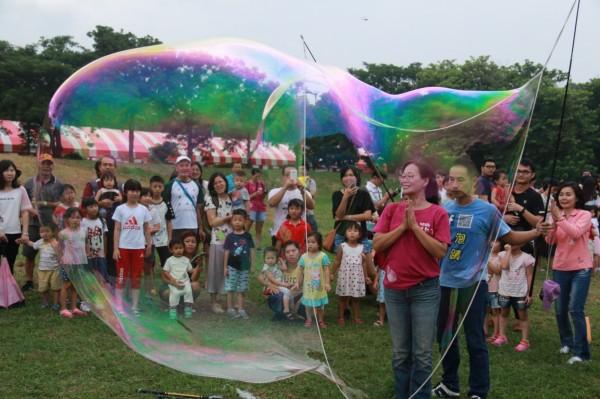 泡泡達人泡泡秀表演壯觀的泡泡長龍