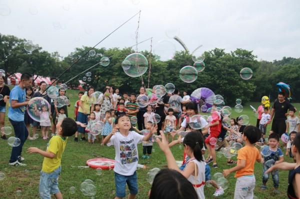 泡泡奇蹟的泡泡秀讓小朋友開心追逐泡泡
