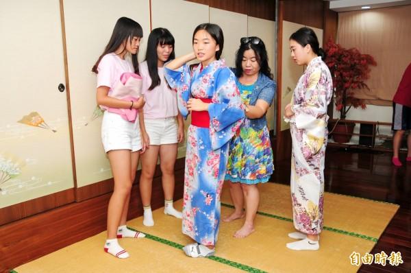 靜宜大學舉辦「酷日本!酷日語!高中營」,讓高中生體驗浴衣穿法,深入了解日本文化習俗。(記者歐素美攝)