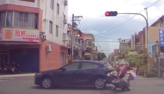 鹿港市區發生機車闖紅燈意外,阿嬤與孫女雙雙彈飛落地。(記者劉曉欣翻攝)