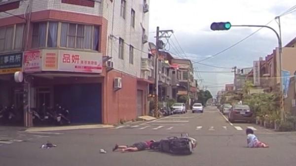 鹿港市區發生機車闖紅燈意外,阿嬤與孫女雙雙彈飛落地,孫女爬起找阿嬤。(記者劉曉欣翻攝)
