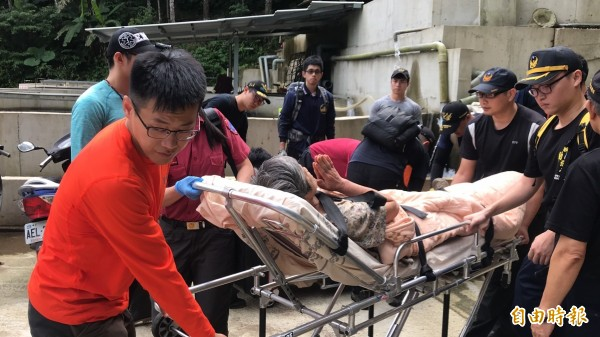 夫婦倆受困12天終於獲救,不斷向救難隊員致謝,雙雙送醫已無大礙。(記者鄭名翔攝)