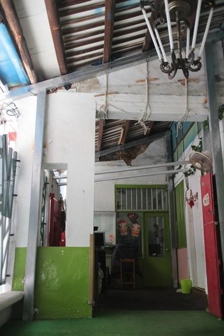 文資審議委員一致認為臨清水街的小教堂保有清代街屋的亭仔腳風格,但教會認為現況已經多次翻修。(記者陳心瑜翻攝)