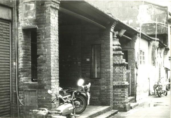 老照片顯示臨清水街的小教堂有清代街屋的亭仔腳風格,但教會認為現況已經過多次翻修,和過去落差極大。(記者陳心瑜翻攝)