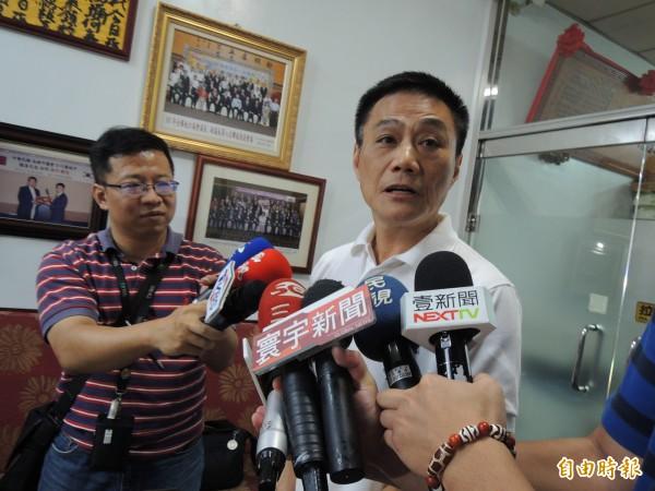 前高雄市議會議長、現任議員許崑源說明,韓國瑜民調贏1%消息來自親綠友人。(記者王榮祥攝)