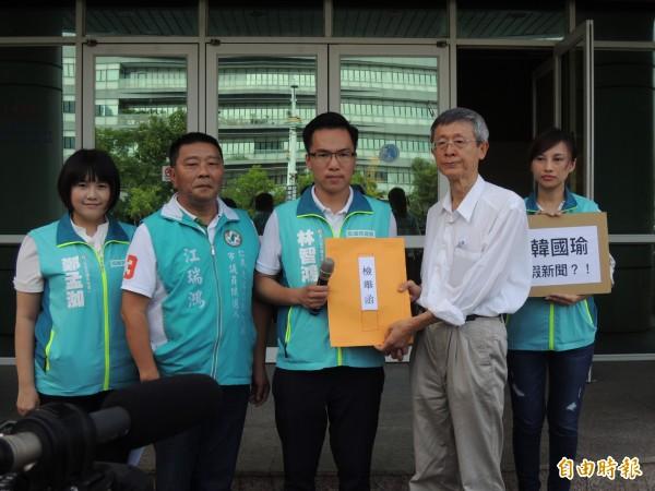 民進黨高雄青連線多名市議員參選人向選委會檢舉韓國瑜陣營製作假民調新聞。(記者王榮祥攝)
