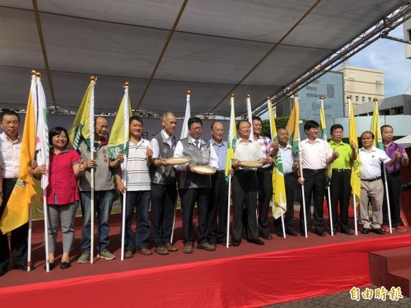 市長鄭文燦為各區農會授旗。(記者陳昀攝)