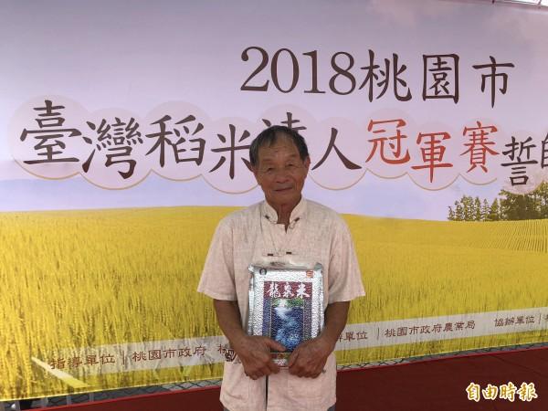 龍潭區82歲農友湯萬國熱衷種稻,前年還在全國名米冠軍比賽拿下台梗九號冠軍。(記者陳昀攝)