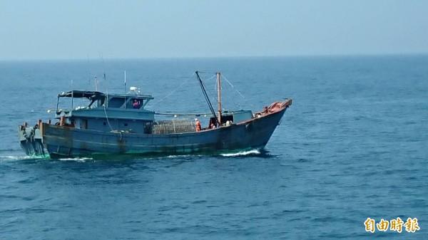 中國漁船刻意隱匿船名,企圖逃避我方警艇查緝。(澎湖海巡隊提供)