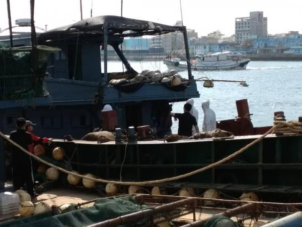 初步調查無船名中國漁船,是蟹籠作業船押回馬公隊部偵查。(澎湖海巡隊提供)