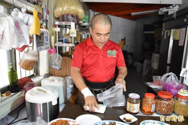 北港一家素食自助餐店老闆黃俊勝5多來免費提供鎮內邊緣戶愛心便當。(記者黃淑莉攝)