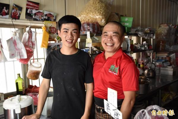 黃俊勝因腰椎舊疾復發,在台南當學徒的兒子黃祐增請假回來幫忙,讓邊緣戶不斷炊。(記者黃淑莉攝)