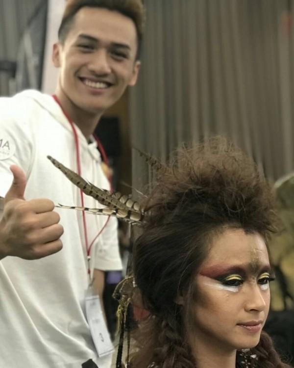 黃楚豪將布農族編織的元素運用在造型上,使用耳耙子勾出髮型。(記者張軒哲翻攝)
