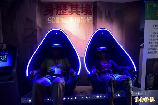乘坐9D動感雙人蛋型座椅的學員方文哲說,模擬畫面非常真實,雖然刺激但很安全,讓沒有坐過雲霄飛車的銀髮族也能體驗一下,真的很好玩。(記者邱芷柔攝)