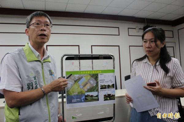 建設處長劉玉平(左)解釋碧雲禪寺實質違章建築的面積約2800平方公尺。(記者張聰秋攝)