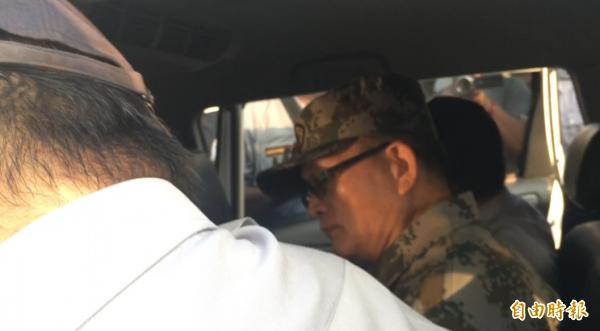 魏明仁身穿解放軍服被送上警車。(記者顏宏駿攝)