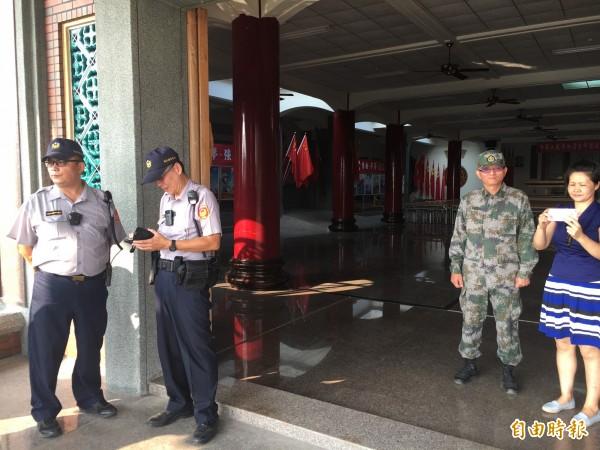 魏明仁(右二)身穿解放軍服在現場阻撓執行斷水斷電。(記者顏宏駿攝)