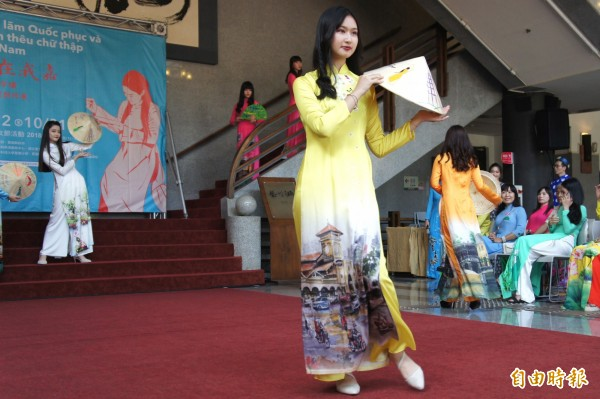 協志工商學生穿著越南國服走秀。(記者林宜樟攝)