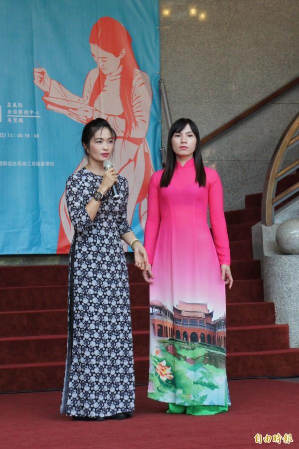 阮金紅介紹越南國服「長襖」的特色。(記者林宜樟攝)