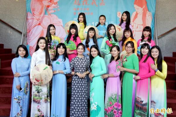 嘉義縣表演藝術中心首次舉辦新住民文化靜態展。(記者林宜樟攝)