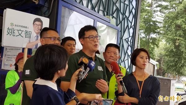 姚文智表示,未來若他當市長,台北市禁止懸掛中國五星旗。(記者楊心慧攝)