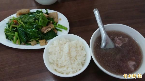 「助仔牛肉湯」鮮美好滋味,經常是老饕們活力清晨的開始。(記者洪瑞琴攝)
