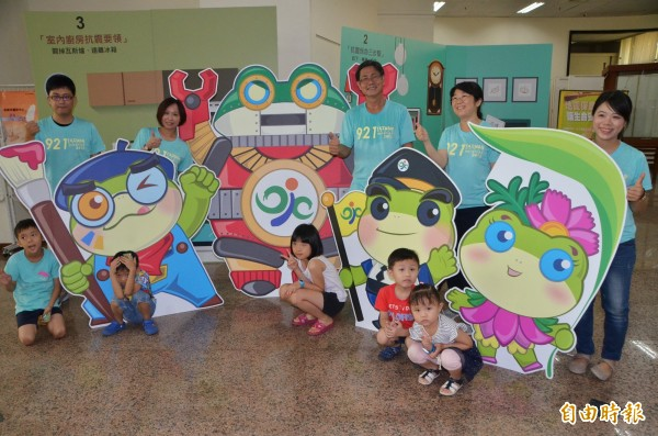 防災蛙系列吉祥物,深受歡迎,大小朋友爭相合影。(記者吳俊鋒攝)