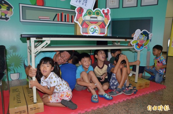 趴下、掩護、穩住!大小朋友一起參與地震時的防災演練。(記者吳俊鋒攝)