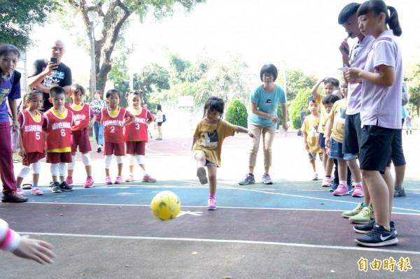 幼兒園小朋友參與足球社區聯誼賽。(記者林宜樟攝)