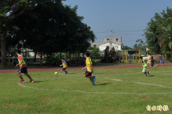 選手們參與足球社區聯誼賽。(記者林宜樟攝)