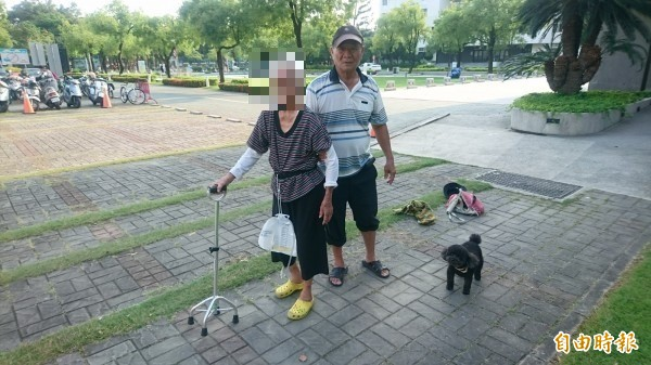 70歲吳榮章(右)照顧非親非故的93歲高蔡秀英(左)。(記者楊金城攝)