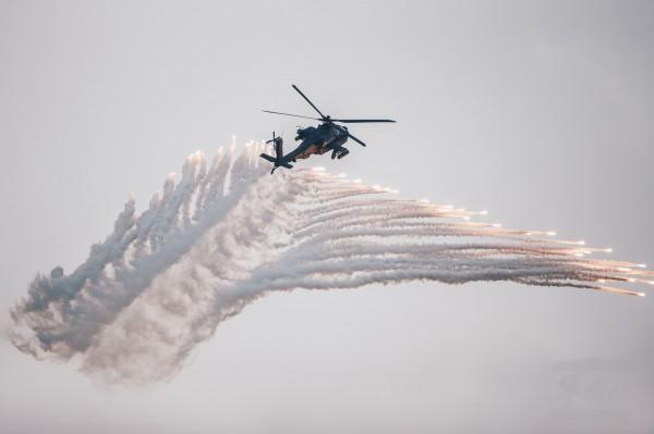 阿帕契攻擊直升機先前在空軍清泉崗基地,配合聯合反空(機)降作戰演練,施放熱焰彈模擬空中攻擊。(軍聞社提供)。