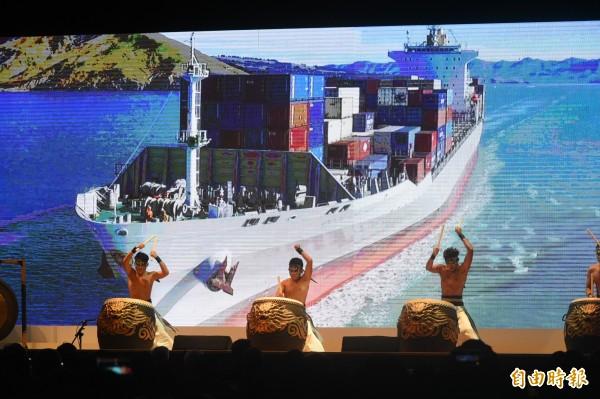 開幕典禮由九天民俗技藝團鼓陣,搭配影像畫面,展現海洋與土地的故事。(記者張忠義攝)