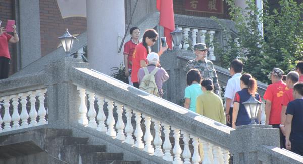 魏明仁(穿解放軍軍裝者)接受國際媒體採訪,沾沾自喜,不知已捅到馬蜂窩。(記者顔宏駿攝)