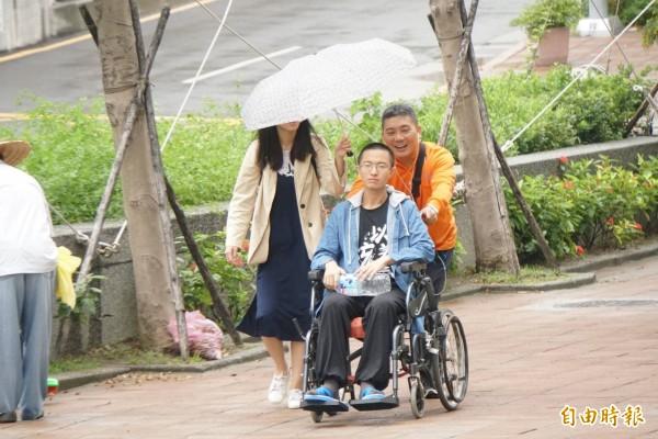 侯漢廷(坐輪椅者)絕食逾160小時,今陪同黃士修出庭,庭後因身體不適送醫。(記者溫于德攝)