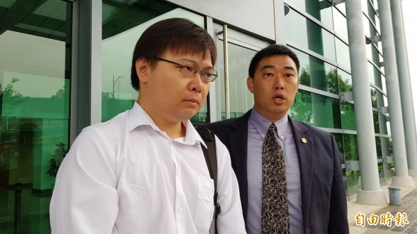黃士修(左)與律師葉慶元。(記者溫于德攝)