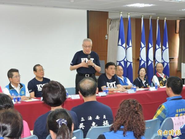 國民黨主席吳敦義(站立者)表示,將請立院黨團及文傳會研究水利會案是否屬實,並拿出作法。 (記者張存薇攝)