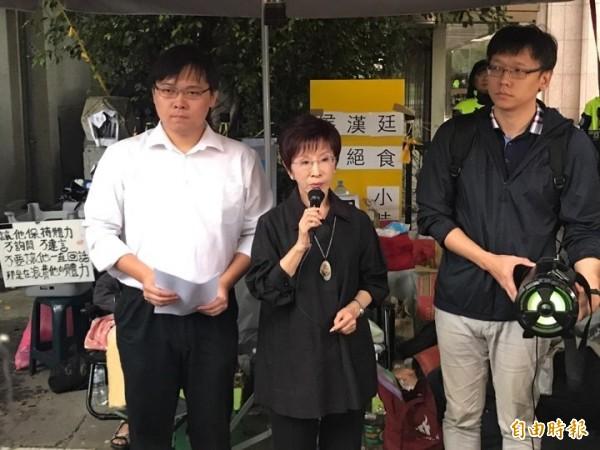 以核養綠發起人黃士修(左)今下午宣布撤回補件連署書,不再向中選會補件(記者彭琬馨攝)