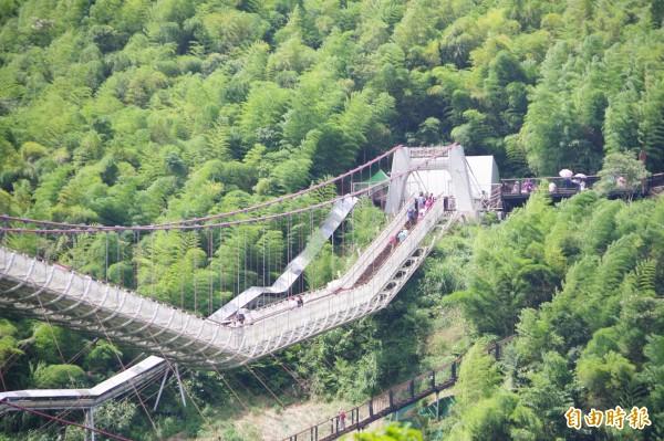 嘉義縣太平雲梯營運滿1年,今年8月登梯人數只有2萬8311人次,創今年新低,引發觀光熱潮消退的疑慮。(記者曾迺強攝)