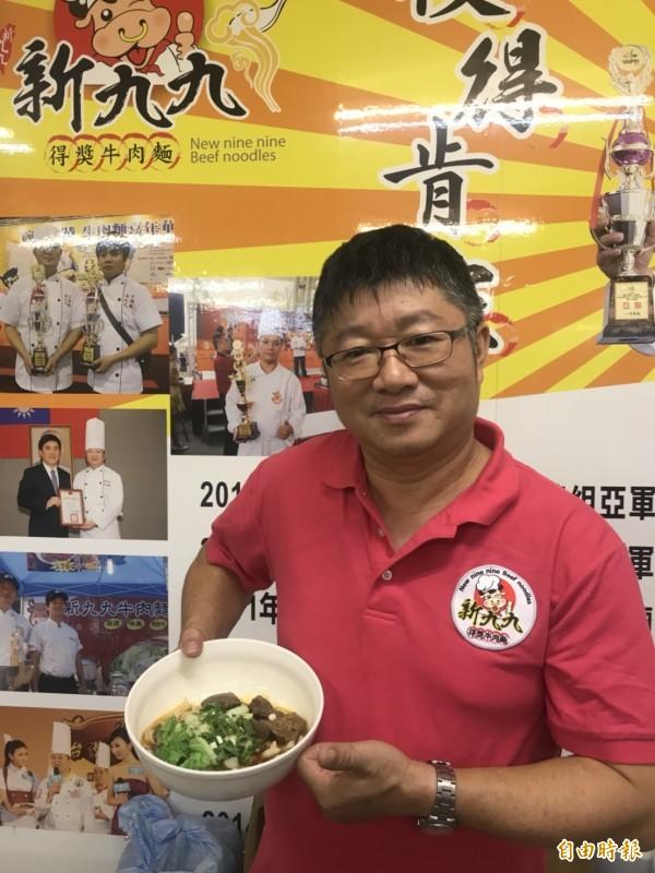 新九九牛肉麵店老闆楊明宏,在2011年首度參加台北市牛肉麵節比賽,就一舉奪得紅燒牛肉麵季軍,現在更常到中國、香港負責推廣台灣美食。(記者葉冠妤攝)