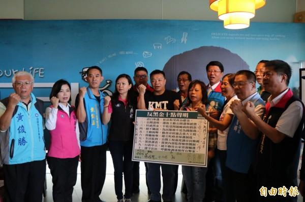 國民黨台南市長參選人、市議員參選人今聯合簽署反賄選、反黑金、清廉參選10點聲明。(記者萬于甄攝)