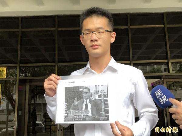 李戡今天拿著父親李敖生前上節目談論遺產的簡報,到台北地檢署反控同父異母的姐姐李文誣告。(記者錢利忠攝)